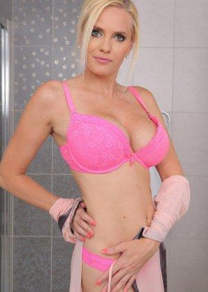 Красивая зрелая блондинка мастурбирует в ванной толстым дилдо - фото 5