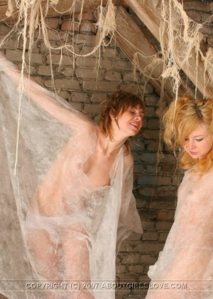 На Хелоуин девки залезли на чердак и поиграли в привидений - фото 6