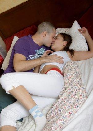 Домашнее порно двух молодоженов попало в сеть, ребята снимали порно для себя, но минет девушка исполняла так искусно, что фотки стали достоянием сети - фото 9