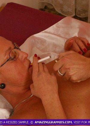 Зрелая курящая блондинка трахается с новым любовником, не затушив сигарету - фото 10