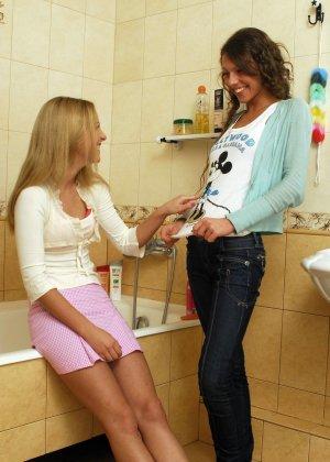 Две подруги лесбиянки пробуют заниматься сексом в ванной, они раздеваются и приступают к оральным утехам, смотреть кунилингус лесбиянок фото - фото 8