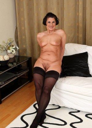 Зрелая тетка давно снимается в порно, ее фотографии заводят парней с большими членами и мужиков с похотливыми мыслями - фото 4