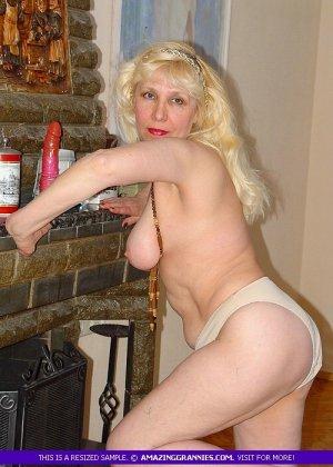 Русская пожилая женщина снимает чулки и остается в трусах - фото 12
