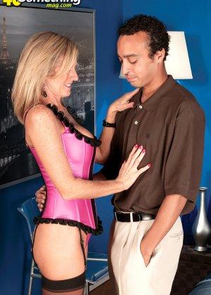Зрелую телку в корсете соблазнил мужик и отодрал во всех позах, которые ему нравятся - фото 8