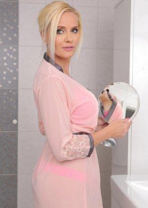 Красивая зрелая блондинка мастурбирует в ванной толстым дилдо - фото 4