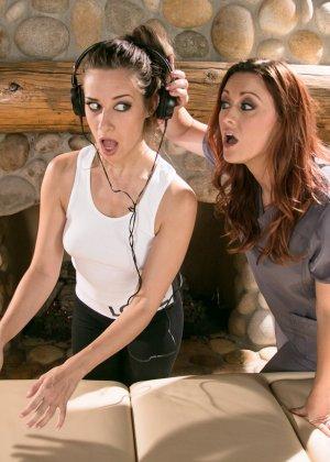 Девушки начинают с массажа, а затем переключаются на взаимные лесбийские игры – они знают толк в ласках - фото 8