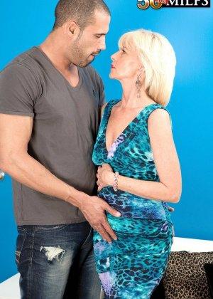 Пожилая бабенка дождавшись любовника начала неистово с ним ебаться - фото 11