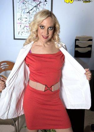 Парень выебал блондинку в офисе, она сама вытащила его член из брюк и принялась сосать - фото 7