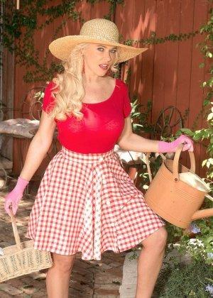 Саванна - шикарная блондинка, которая умело показывает своё тело и демонстрирует самые выгодные места - фото 7