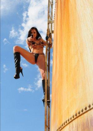 Рози Револьвер снимается в эротической картине, играя роль роковой телки с пистолетом и в одном нижнем белье - фото 6