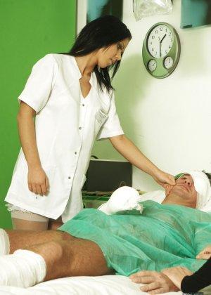 Медсестра сосет хуй у лежачего пациента - фото 9