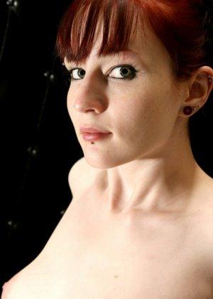 Телка в чулках делает фотографии для сайта знакомства, откровенная фото сессия понравится многим, кто любит горячих штучек - фото 6