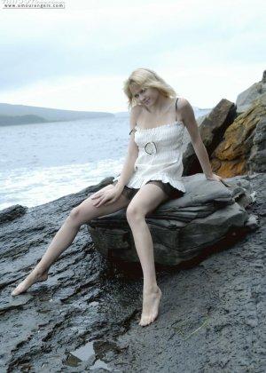Тори Лейн на каменистом берегу океана снимает сарафан и показывает худое аппетитное тело - фото 8