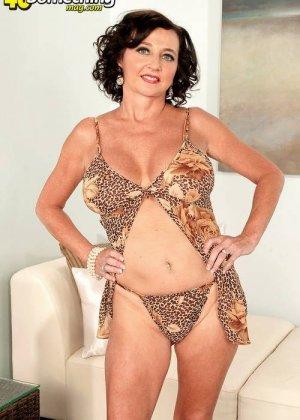 Соло Синди Стар,  зрелая домохозяйка с большими сиськами крутит свои тугие соски и ложится на белый диван - фото 11