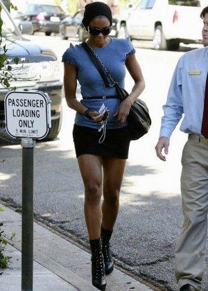 Знаменитость Киара может позволить себе прогуливаться без лифчика, у нее отличная грудь с торчащими темными сосками - фото 3