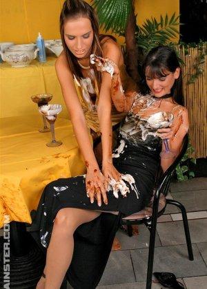 Две гламурные женщины обмазали себя едой во время ужина в ресторане - фото 11