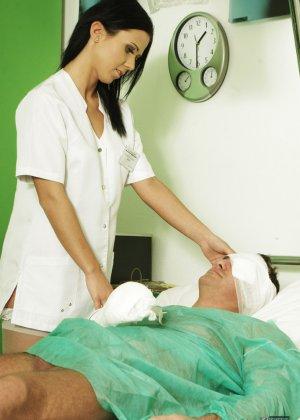 Медсестра сосет хуй у лежачего пациента - фото 10