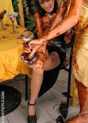 Две гламурные женщины обмазали себя едой во время ужина в ресторане - фото 12