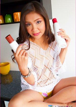 Азиатка предлагает слизать с нее шоколад - фото 9
