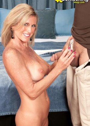 Зрелую телку в корсете соблазнил мужик и отодрал во всех позах, которые ему нравятся - фото 2