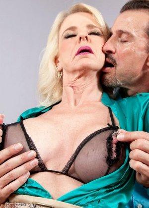 Пожилая блодника и ее висячие половые губы - фото 2