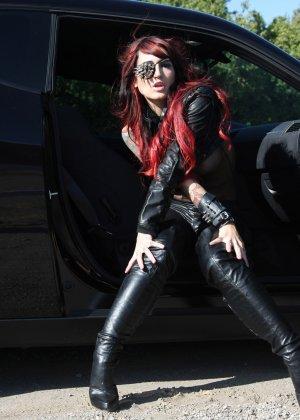 Рената вышла из авто и показывала свои сиськи - фото 12