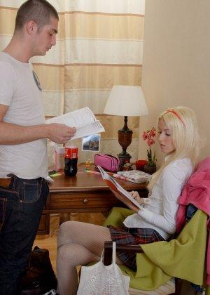 Очаровательная блондинка получила большой хуй в тугое очко и сперму на удивленное лицо - фото 8