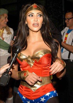Ким Кардашьян показывает себя в разных ярких нарядах – она доказывает, что обладает крутой внешностью - фото 9