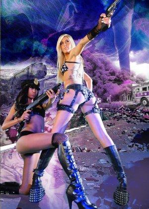 Красотка Дженифер на съемках фантастического порно фильма со своей подругой лесбиянкой - фото 15