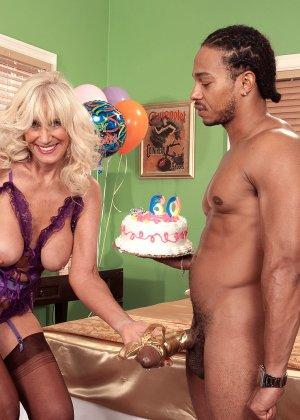 Зрелая блондинка Самеранн на День рождения получила трах с негром с большим хером и осталась довольной - фото 9
