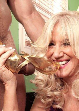 Зрелая блондинка Самеранн на День рождения получила трах с негром с большим хером и осталась довольной - фото 12