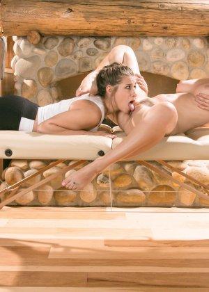 Девушки начинают с массажа, а затем переключаются на взаимные лесбийские игры – они знают толк в ласках - фото 15