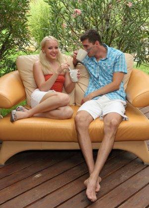 Блондинка Лола Тейлор трахается на веранде, но сначала мужик засовывает ей в пизду чайные ложки - фото 8