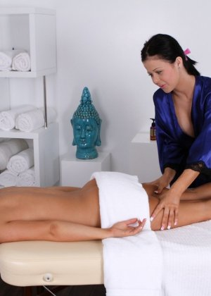 Молодая женщина долго не соглашалась, чтобы массажистка прикоснулась к ее пизде, но потом согласилась - фото 11