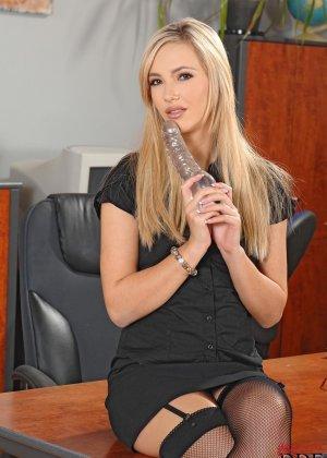 В обеденный перерыв София балует себя вибратором - фото 7