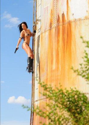 Рози Револьвер снимается в эротической картине, играя роль роковой телки с пистолетом и в одном нижнем белье - фото 2