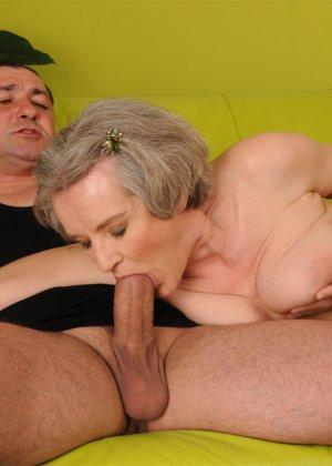 Седая женщина ебется с любовником по моложе - фото 13