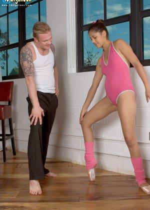 Девушка разминается на балете, но затем к ней присоединяется мужчину и устраивает ей классный секс - фото 8