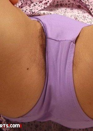 Девушка снимает с себя нижнее белье, чтобы дать себя разглядеть всем желающим мужчинам - фото 14