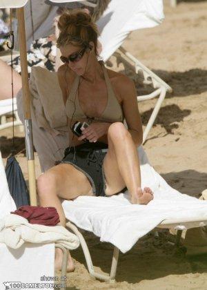 Дэнис Ричардс – красивая модель, которая показывает свое тело в бикини, не замечая фотографов - фото 3