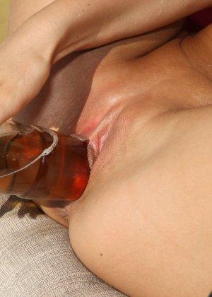 Трахает себя чупа чупсом, а потом бутылкой - фото 4