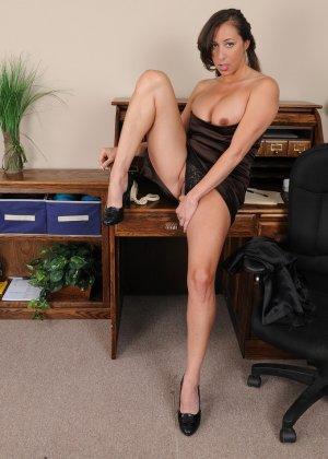 36-летняя Кайлинн показывает прелести на работе - фото 14