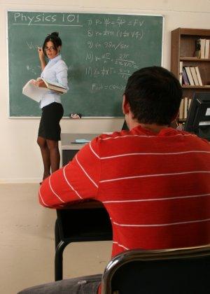 Развратная преподавательница обучает студента, а затем позволяет себя оттрахать в ухоженную пизду - фото 8