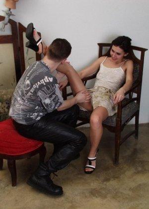Молодая украинская пара занимается жарким сексом на стуле и получает колоссальное удовольствие - фото 11