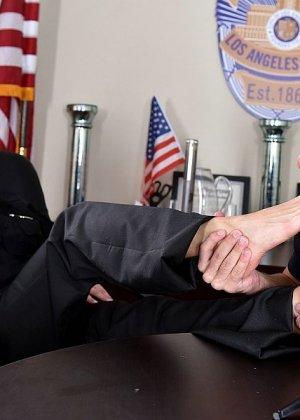 Кристианна Синн играет плохого полицейского, которого можно удовлетворить, если облизать пальцы ног, трахнуть и кончить на ступни - фото 11