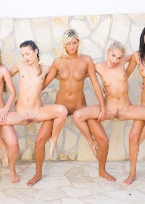 Большая группа голых русских девчат - фото 6