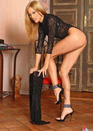 Анита Пирл стоит обнаженная на высоких каблуках - фото 14