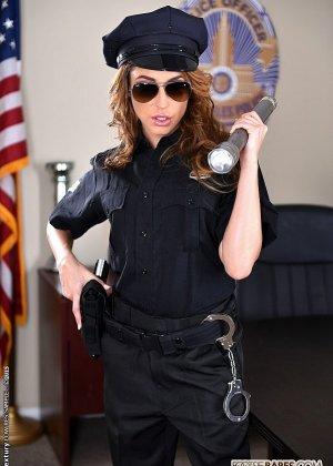 Кристианна Синн играет плохого полицейского, которого можно удовлетворить, если облизать пальцы ног, трахнуть и кончить на ступни - фото 8