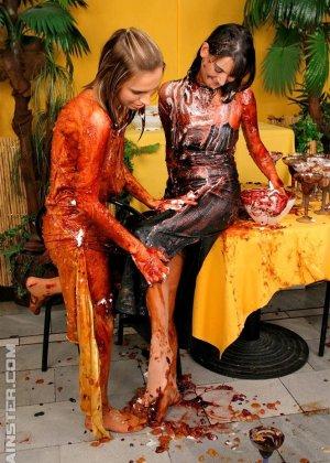 Две гламурные женщины обмазали себя едой во время ужина в ресторане - фото 3