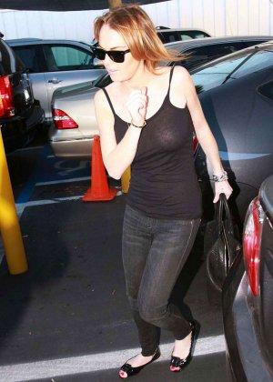 Звезда Линдси Лоха любит ходить без лифичка, ее полные сиськи колышутся от каждого шага - фото 9